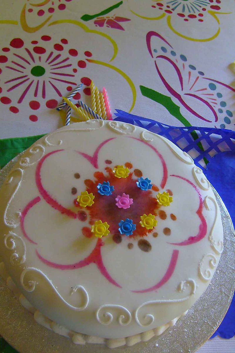 Stencilled cake and tablecloth 07
