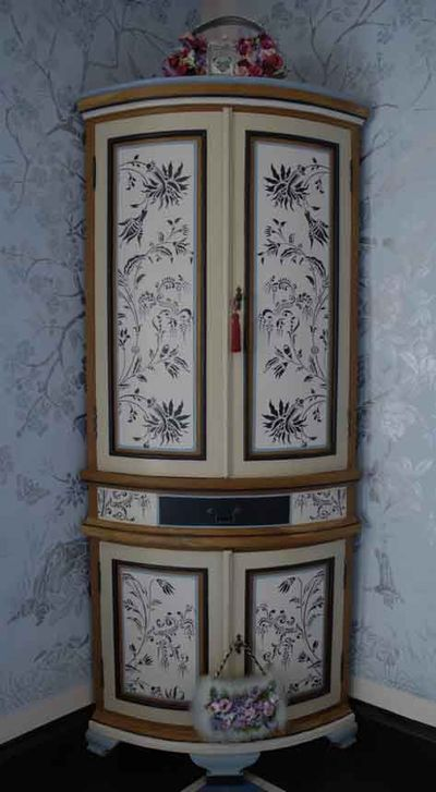 Stencilled cupboard 19-1