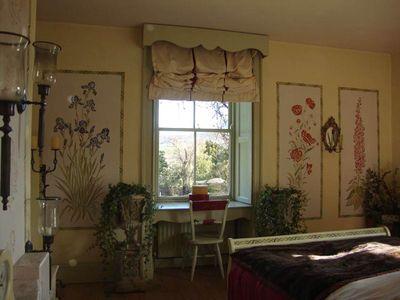 Ivy in gustavian bedroom 87