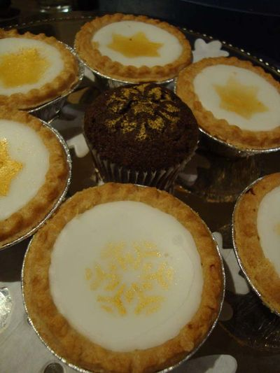 Stencilled cakes 58