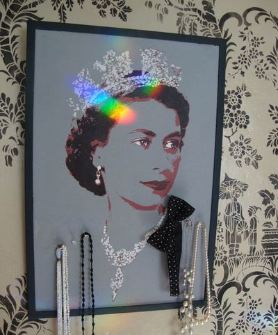 Queen stencil pinboard. 29