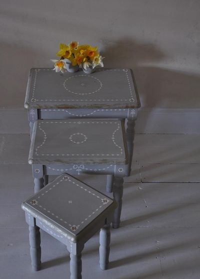 Painted gustavian table nest. 002