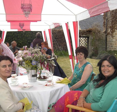 Pict_guests_in_tent_em1816_2