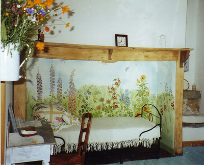 Stencilled_flowers_french_house_2